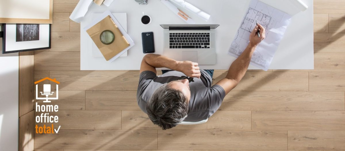 Mann am Schreibtisch - HO-Beauftragter (Bild: Jack Frog/Shutterstock.com)